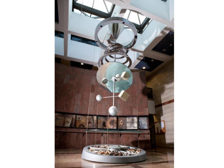 יהדות ומדע, מובייל ממונע, נירוסטה זכוכית צרובה, אבן, אוניברסיטת בר-אילן, רמת- גן, 2001