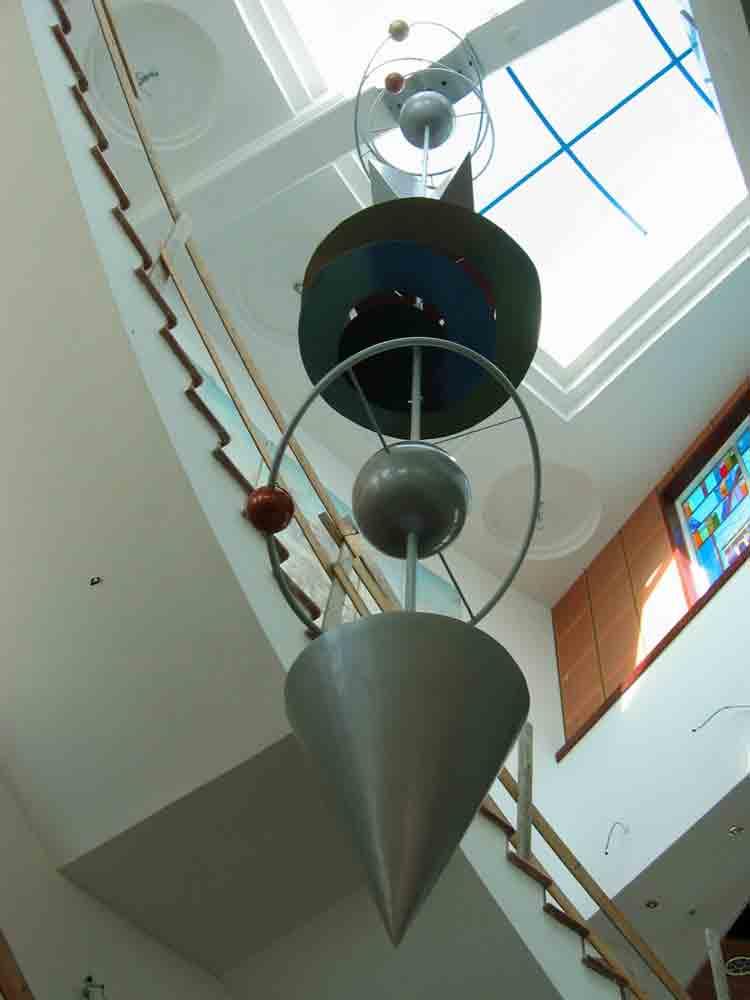 אנרגיה כמוסה, פיסול באלומניום צבוע, ממונע, ספרייה עירונית,מידעטק נהריה, 2004
