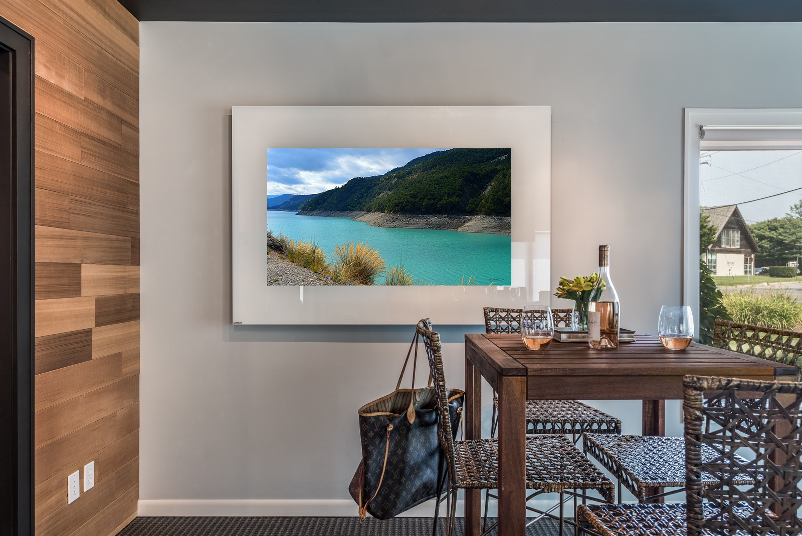 TV-Horizontal-Strip-White-Showroom-art