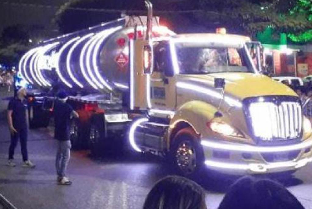 Apoyamos a la Fundación Pan y Panela con una imponente carroza y un camión decorado con luces navideñas.