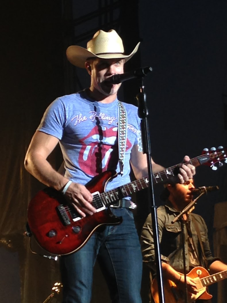 Dustin Lynch NECM Portland 3