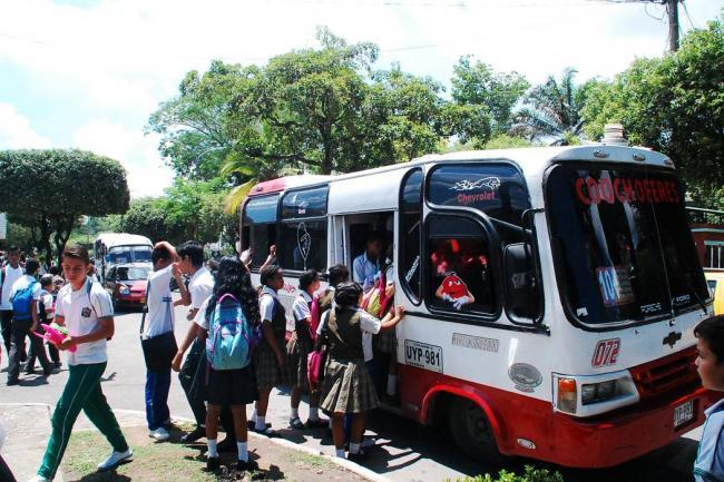 Padres de familia denuncian que empresas incumplen convenio de transporte escolar