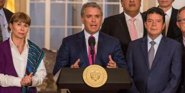 Presidente de Colombia firma aumento de 6% a salario mínimo