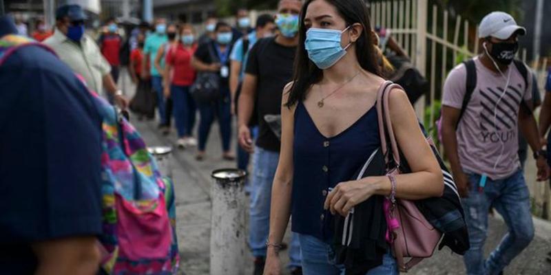 Uso masivo de mascarillas puede evitar nueva ola de contagios: Universidad de Cambridge