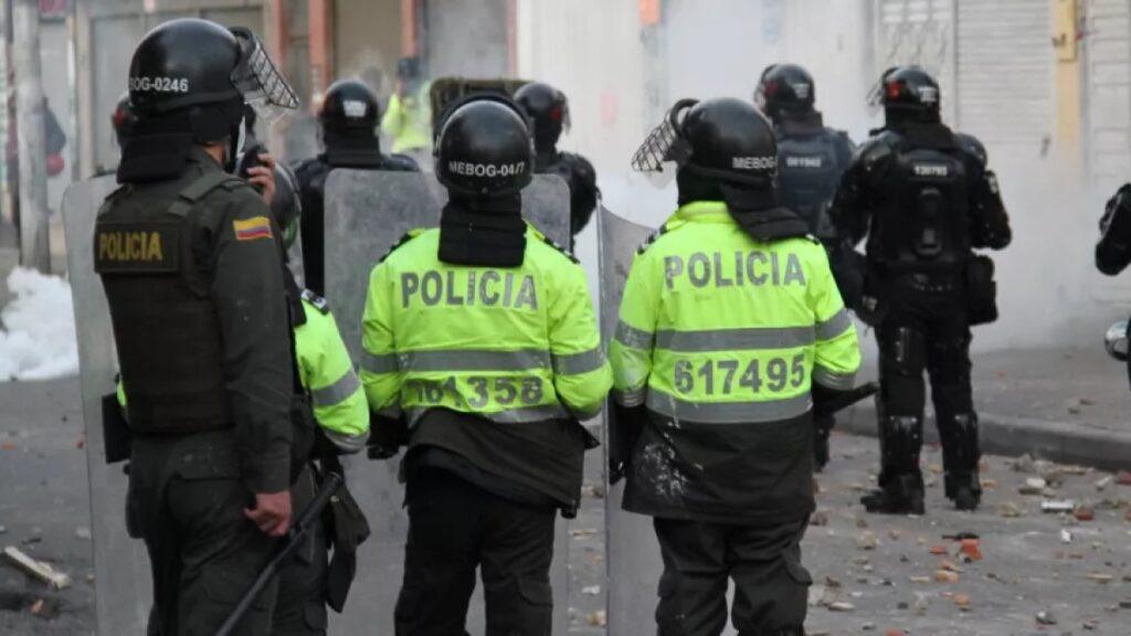 Destapan millonarios contratos de la Policía para comprar granadas, explosivos y gorras