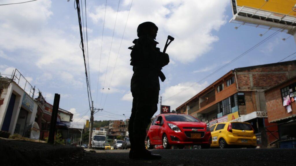 """""""Colombia: espiar a reporteros muestra que el ejército es incapaz de deshacerse de los hábitos de la guerra sucia"""" - The Guardian"""