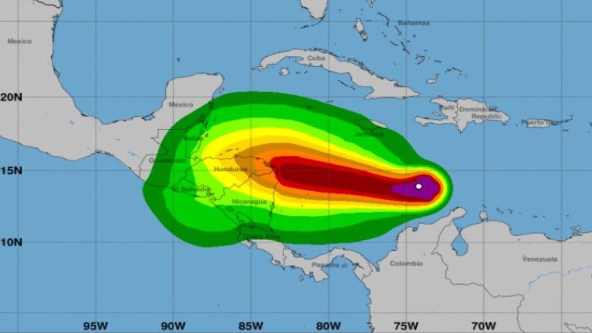 'Es la primera vez que llega un huracán de categoría 5 al país': Duque