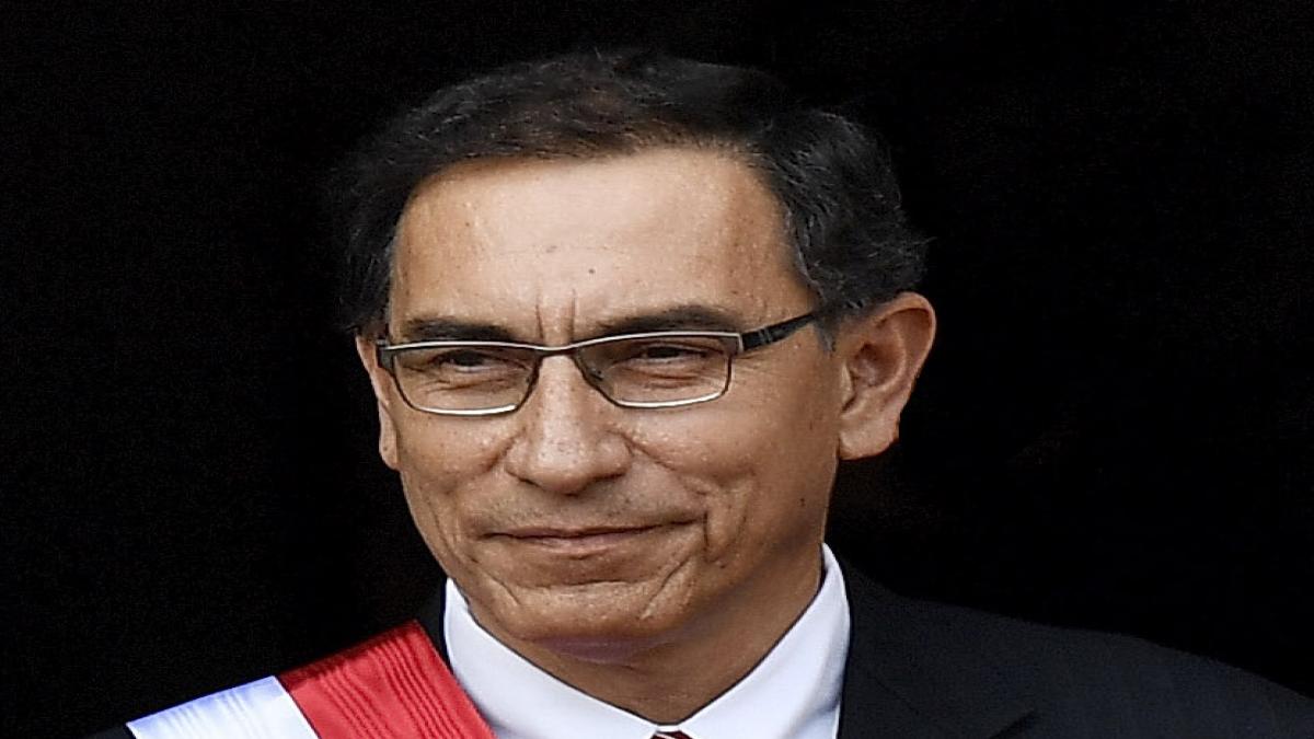 En Perú destituyen al presidente Martín Vizcarra
