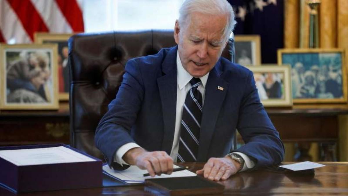 Biden firma el plan de estímulo de 1,9 billones aprobado un día antes por el Congreso
