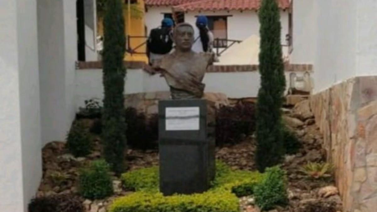 Escándalo por busto del coronel Aguilar en Panachi