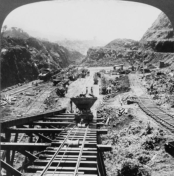 Panama Canal under construction in 1907.