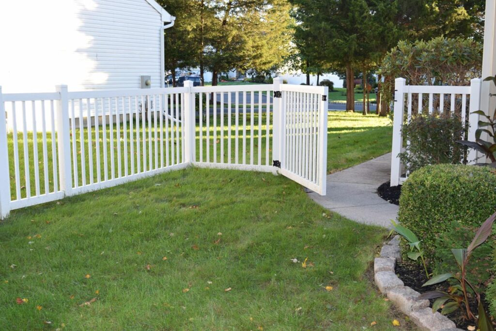 homeguide-4-foot-tall-vinyl-picket-fence-with-gate-in-front-yard