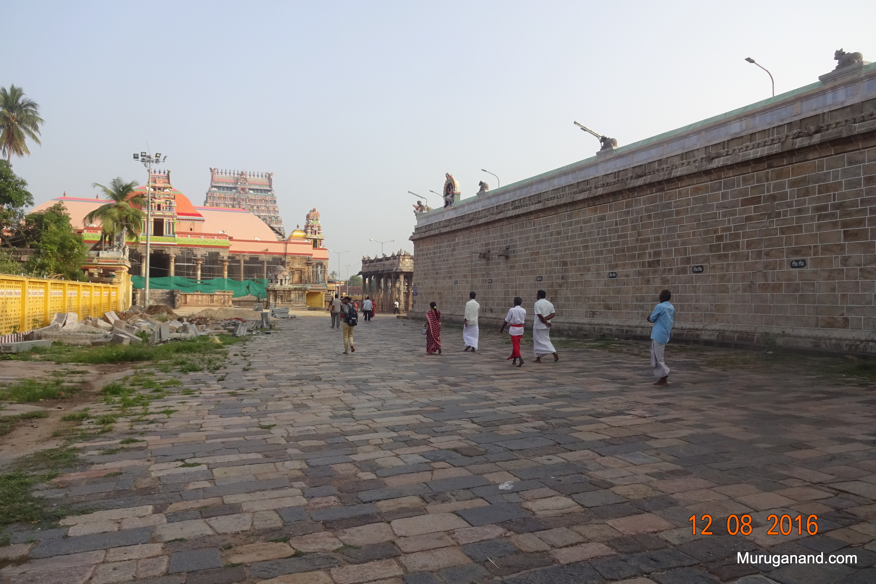 Westside prakaram (corridor)100 Pillared Hall is behind the lamp post