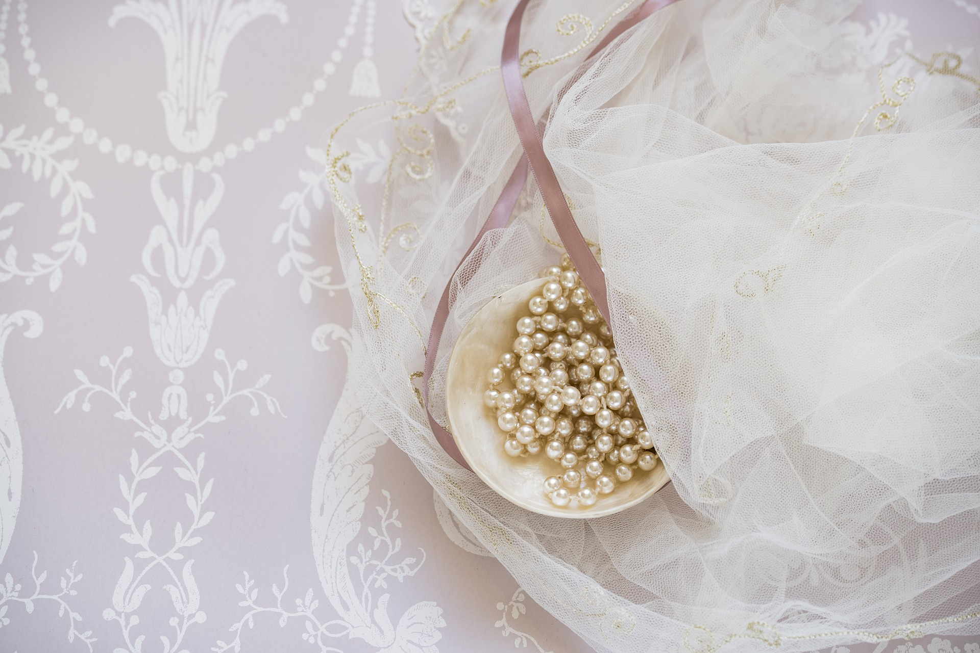 What makes a wedding memorable is the multitude of images: A stunning white dress for the bride, sophisticated gold chains for the groom, and maybe a breathtaking décor with coordinated colors and personal touches. In short, think of your wedding as if you were preparing a fashion show.