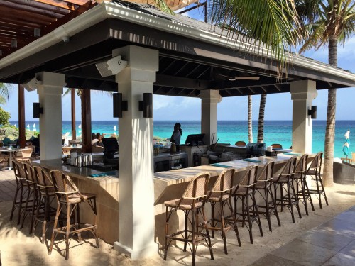 Zemi Beach House, beachfront bar