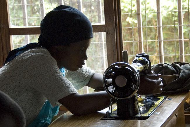 Sewing woman, photo #1