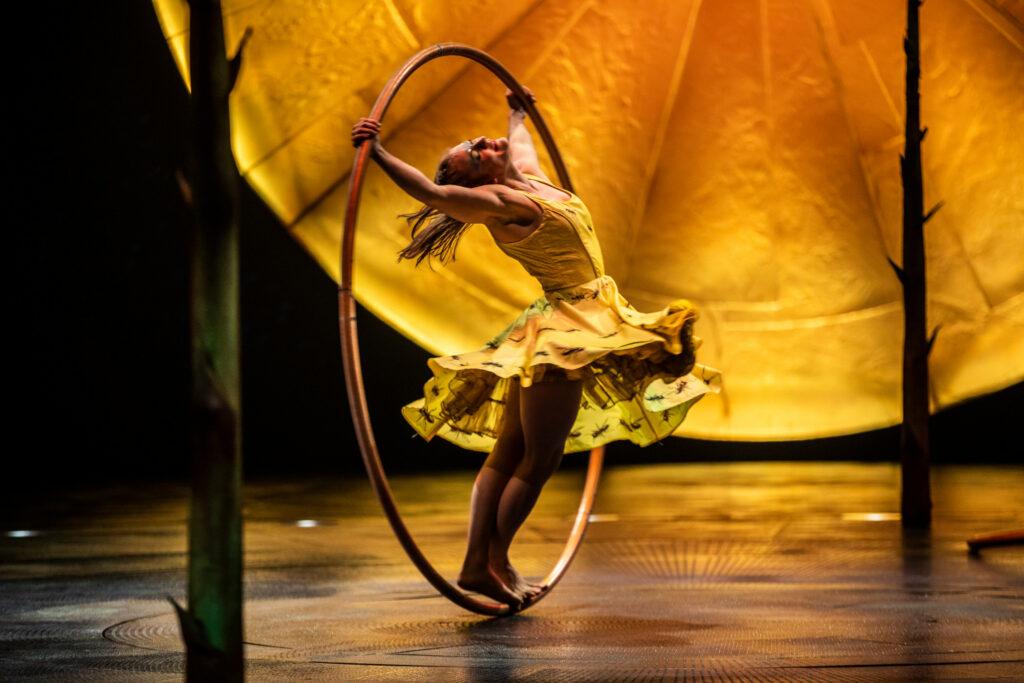 woman in large hula hoop - LUZIA