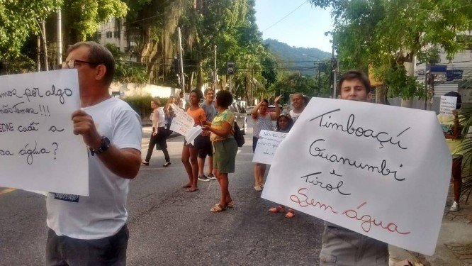 victor_augusto_gill_ramirez_moisen_gomez_moradores_de_jacarepagua_protestam_contra_falta_de_agua.jpg