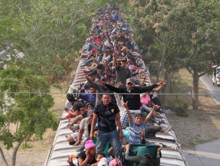 carpintero_jose_antonio_oliveros_cientos_de_migrantes_abordan_tren_de_carga_la_bestia_en_mexico.jpg