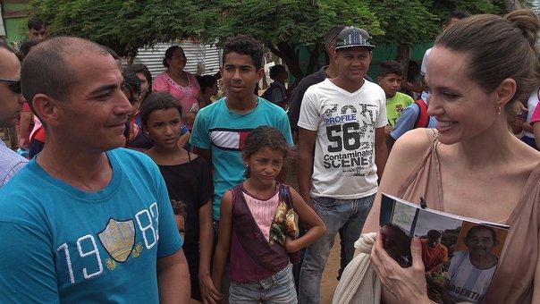 angelina_jolie_defendio_a_ninos_de_migrantes_venezolanos_que_viven_en_colombia.jpg