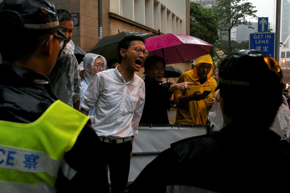 protesters_scuffle_with_hong_kong_police_2C_government_offices_shut.jpg