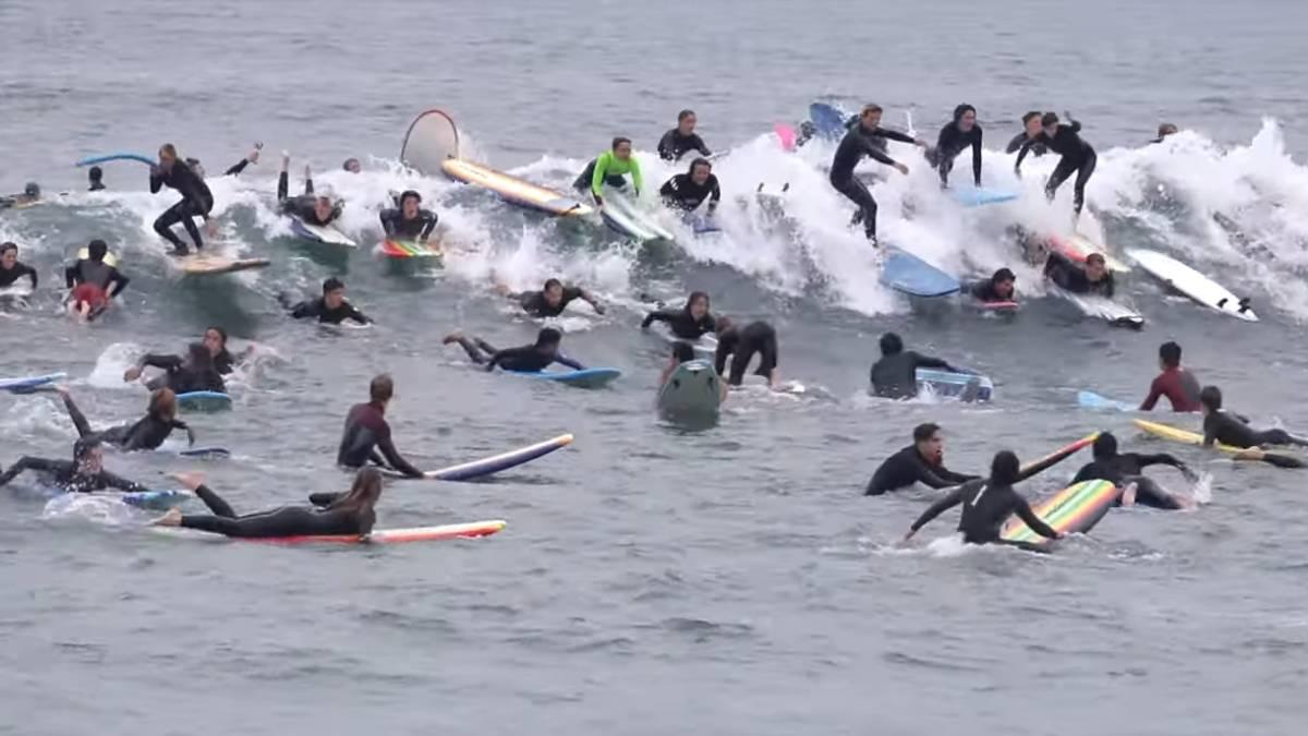 victor_gill_ramirez_linkedin_login_react_native_video_el_caos_se_apodera_de_una_ola_de_san_diego_ante_la_invasion_de_un_gran_grupo_de_surfistas_as_com.jpg