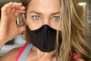 Jennifer Aniston: Wearing a Mask 'Shouldn't Be a Debate'