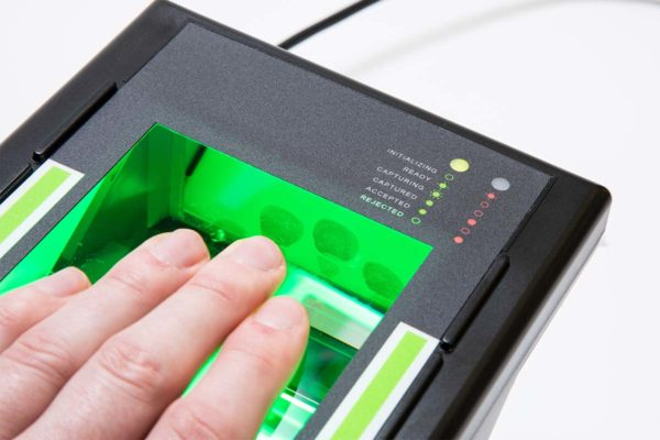A photo of an i3 livescan device scanning four fingers