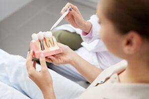 Conozca los pasos para el procedimiento de implante dental.
