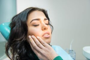 What causes gum pain?