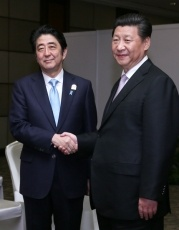 Shinzo Abe and Xi Jinping at the Japan-China Summit meeting in Jakarta on April 22, 2015 (Photo: Courtesy of WikiCommons)