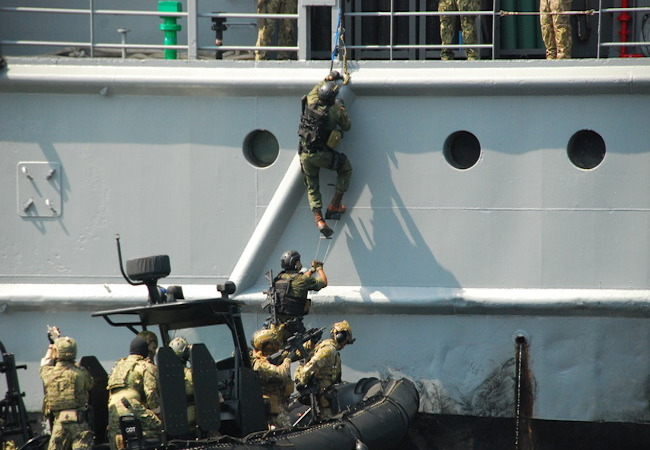 Photo of Brazilian and U.S. Navies work together in Pre-Olympics counter-terrorism training