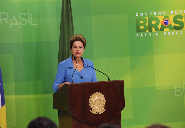"""Photo of Rousseff vows to keep fighting the """"coup"""" that pretends to ignore her 54 million votes"""