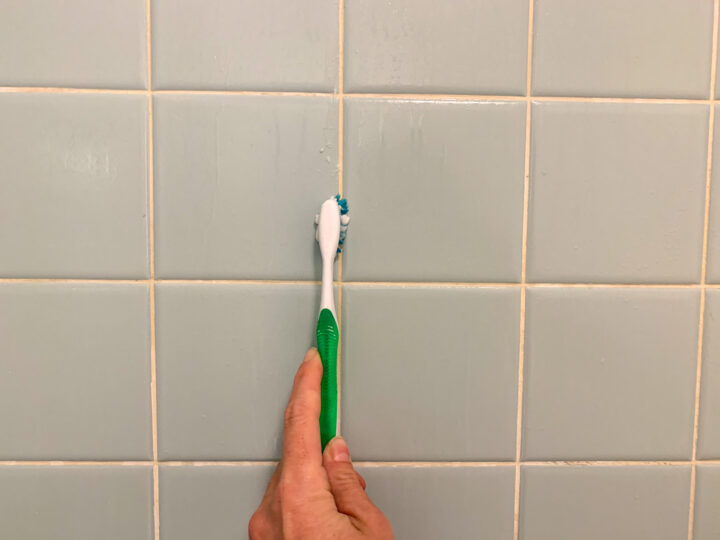 Vinegar, baking soda and water solution to clean tile grout | Building Bluebird #bathroommakeover #vintagebathroom #diy