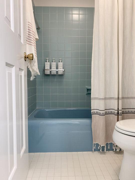 Retro bathroom makeover with design tips and organization tips | Building Bluebird