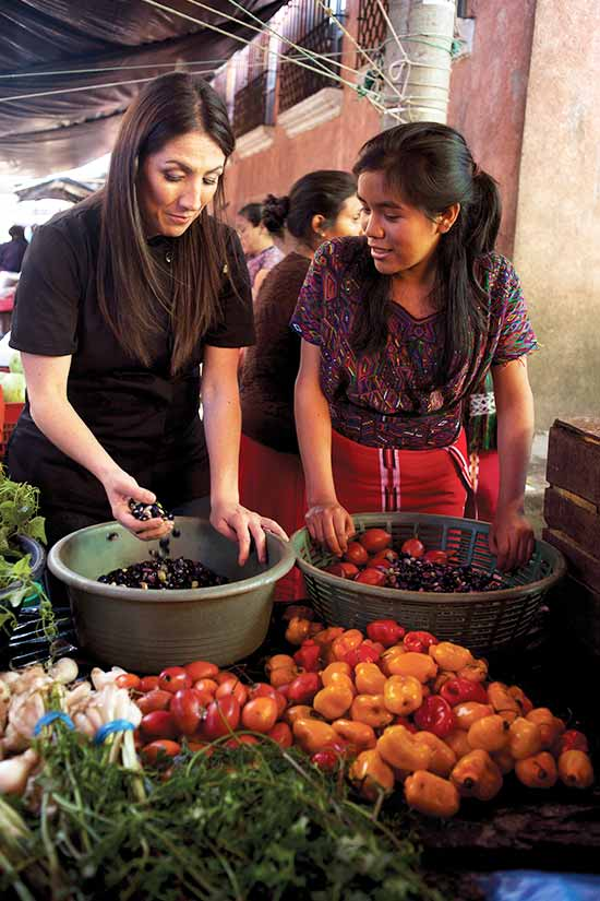«Viviendo la receta» describe la gastronomía guatemalteca a través de las vivencias de Mirciny en los distintos departamentos de Guatemala.