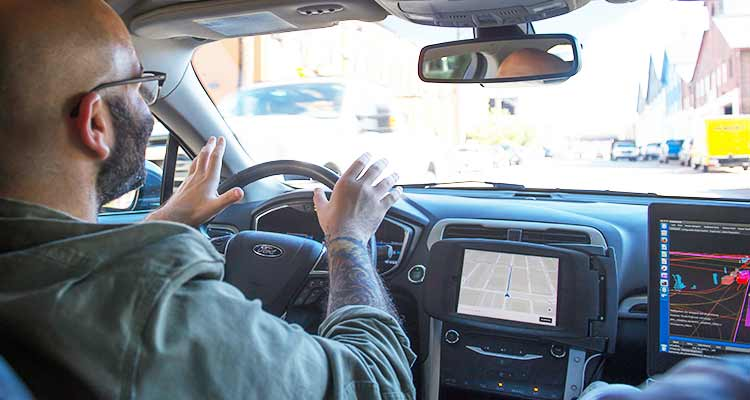 Mike Isaac, un reportero de The New York Times, toma un coche sin conductor Uber en una prueba de conducción a través de las calles de Pittsburg. / Foto: Jeff Swensen The New York Times.