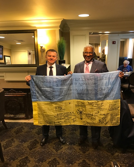 Mayor Bell and Mayor Morgunov with flag