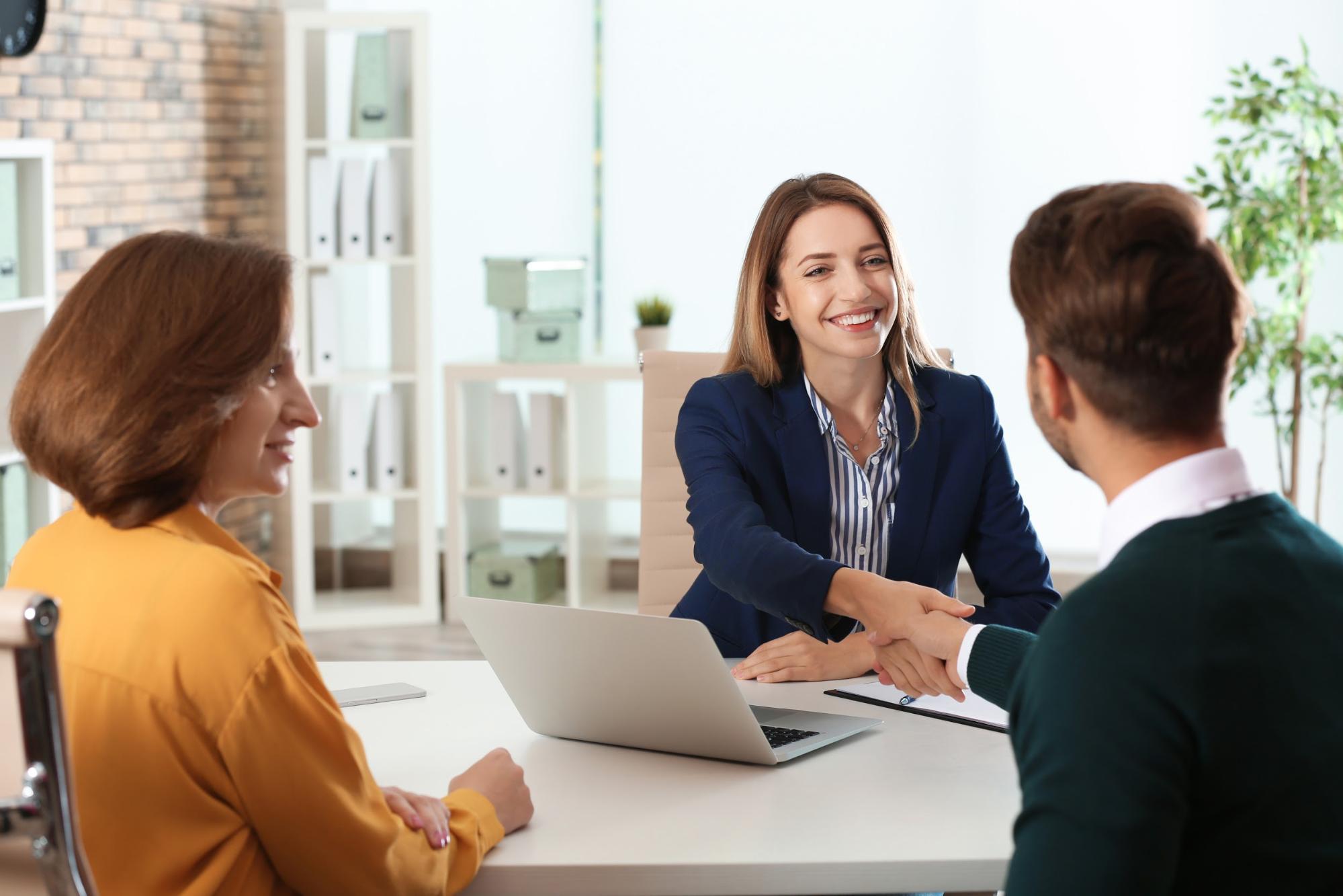 Human Resource Internships: Intern and interviewer shaking hands