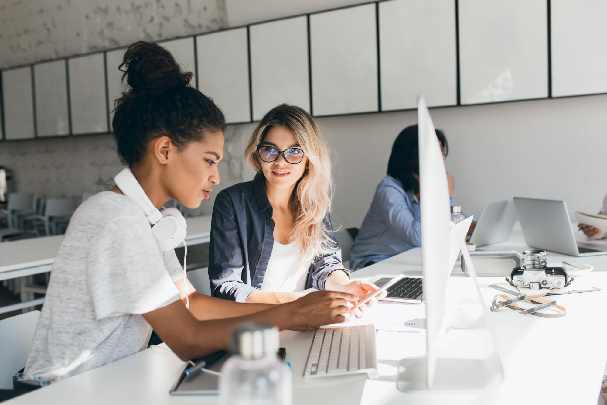entry level IT jobs: woman showing her phone to the other woman