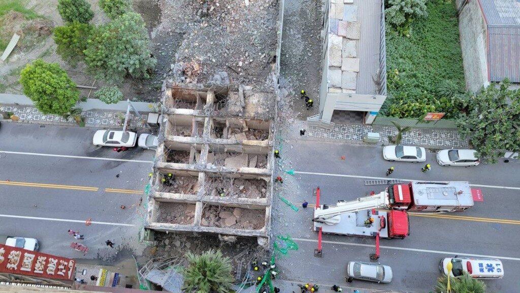 Tayvan'da yedi katlı bina yıkıldı