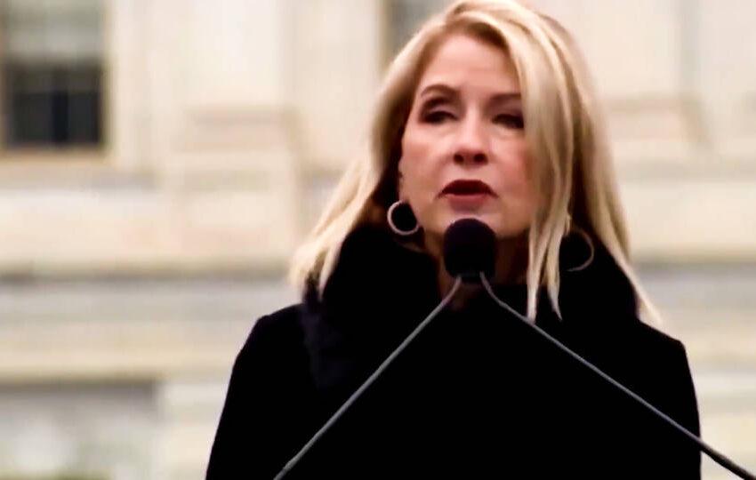 Condenan a la representante republicana Mary Miller por elogiar a Hitler