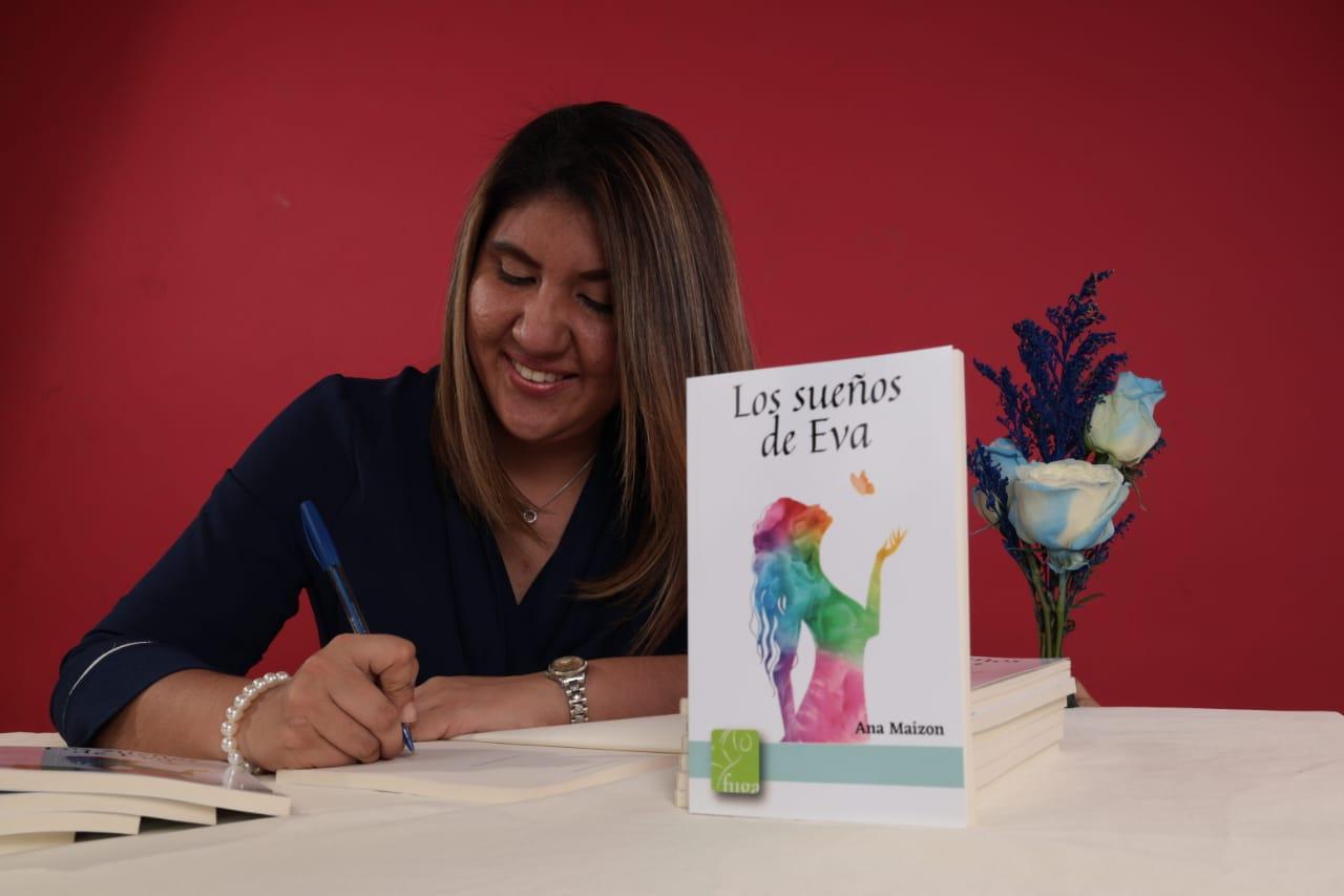 Joven escritora marca su historia