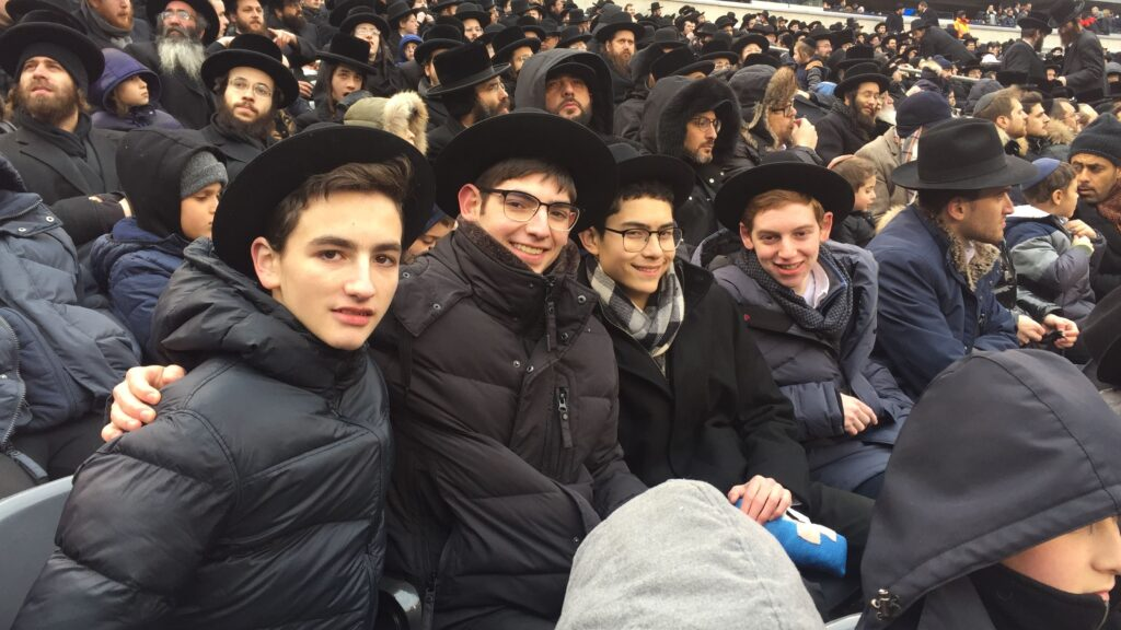 students watch the Siyum HaShas at inside the metlife stadium