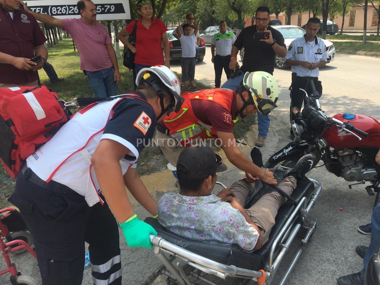 CHOQUE ENTRE VEHICULO Y MOTOCICLISTA, EN CALLES DE MONTEMORELOS, REPORTAN LESIONADO.