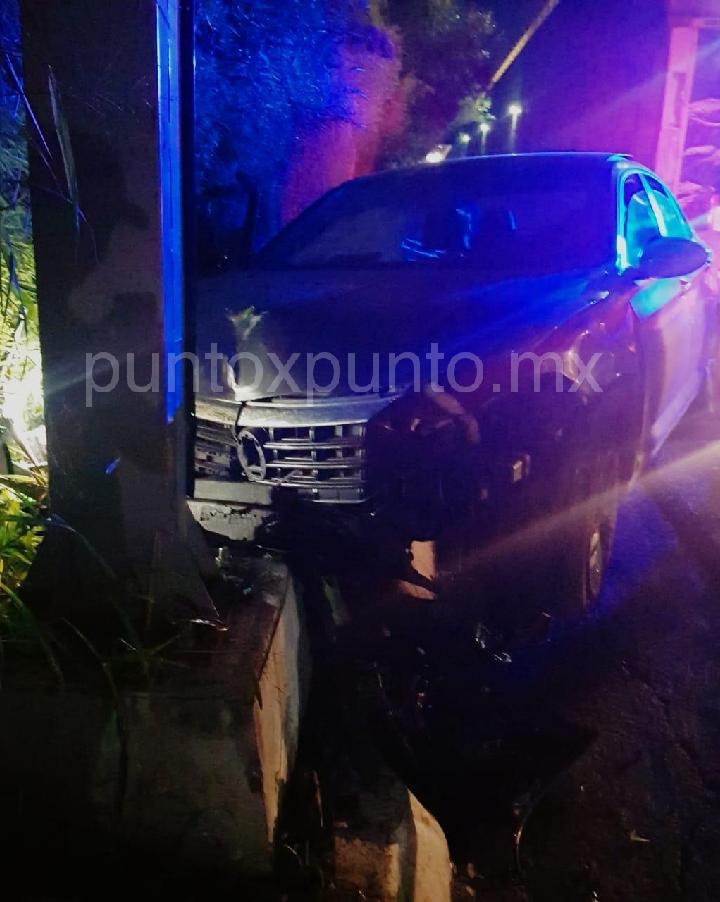 ENCUENTRA LA POLICIA UN AUTOMOVIL SOBRE UN POSTE EN EL BARRIAL.