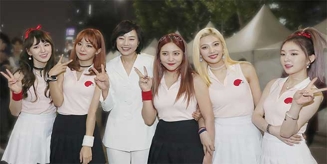 The members of Red Velvet pose with former culture minister Cho Yoon-Sun at Korea Sale Festa in 2016.