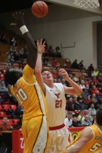 Bobby Hain goes up for a layup on Thursday against Valparaiso. The Crusaders defeated YSU, 74-71. Photo by Dustin Livesay/The Jambar.