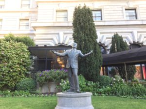 Tony Bennett statue in front of the Fairmont Hotel