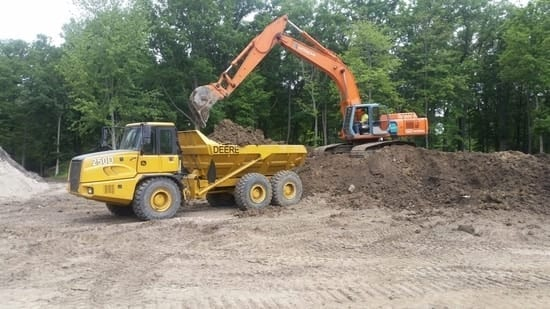 DHAS-Hitachi-EX300LC-and-JD-Haul-250D-09.2018-scaled-opt